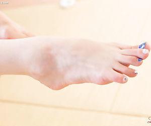 Japanese woman exposes say no to hands with despondent talon illuminate while masturbating