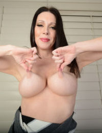 Tall older lady RayVeness shows off her wide open cunt after disrobing