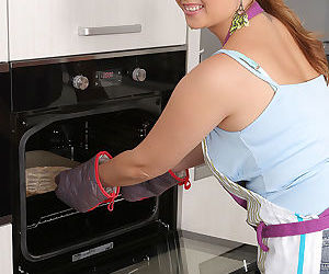 Young housewife Daria Glower sheds apron & thong to bake pizza & spread pussy