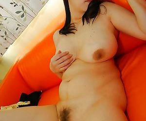 Prosperous japanese MILF strips at hand and has some twat vibing fun