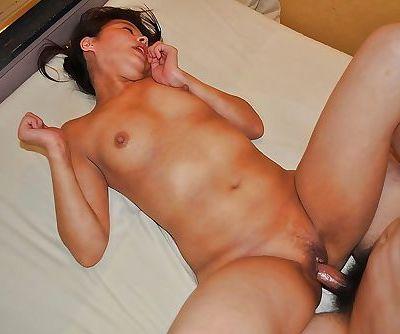 Asian MILF Takako Nakazato gives a blowjob and gets passionately fucked