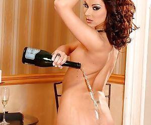 Skinny babe Cindy Hope sticks bottle neck into her sweet vagina