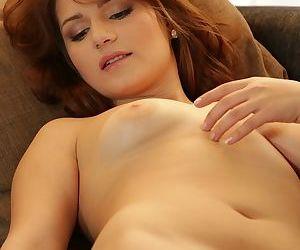 Indecisive amateur babe Luna leaves pink dildo in her sweet gaper