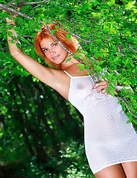 Redhead beauty Myza knows how to pose butt naked outdoors
