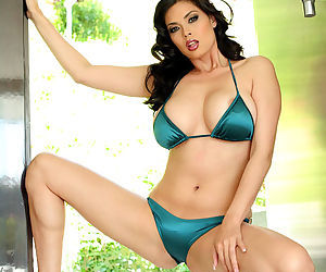 Tera Patrick is a flawless dream come true in her shiny green bikini