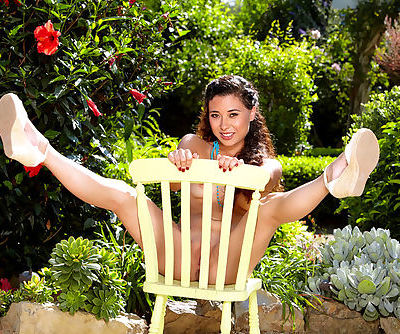Culry beauty likes to play sensual in outdoor solo action