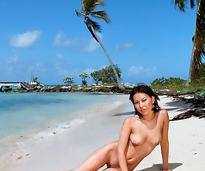 Hot nude Asian Li Mei roams the beach as pictures are snapped