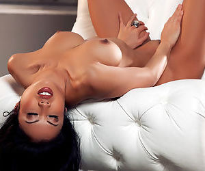 Asian beauty Thuy Li is a true master in posing nude during staggering shows