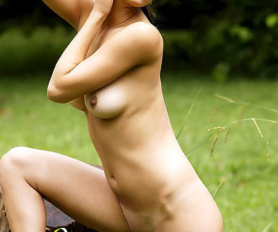 Really fresh naked model offers you to scrutinize her smooth curves