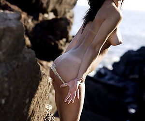 Fresh beach girl rips her sand-stained undies off amid the rocks