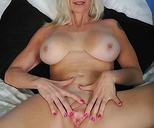 Older cougar cameo exposes her big mature tits - part 1726