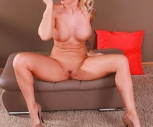 Tattooed cougar jizella ross toys her mature pussy - part 1633