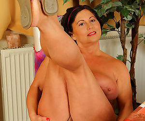 Mature housewife reveals massive saggy boobs & spreads pussy lips wide - part 1102