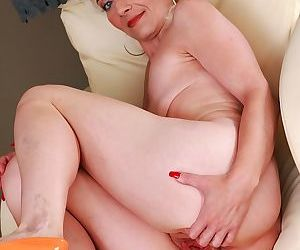 Older mature babe janotova exposes shaved pussy - part 1813