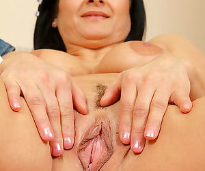 Sarah shows her meaty 46 yo pussy - part 610
