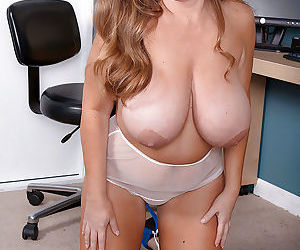 MILF plumper Janessa Loren unveils huge saggy boobs and shaved vagina