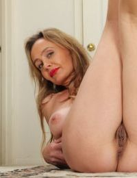 Mature babe with saggy tits and hairy pussy Chelsey Townes posing - part 2