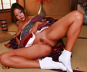 Hot Japanese looker awakens from sleep to undecorated their way down in the mouth Asian pussy