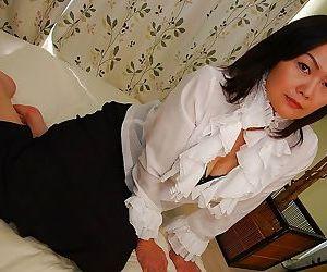 Asian MILF Kaoru Mitamura possessions shorn and demonstrating her juicy twat