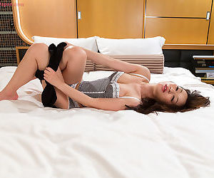 Japanese hottie cleans the jism outsider her fingers after stroking a cock