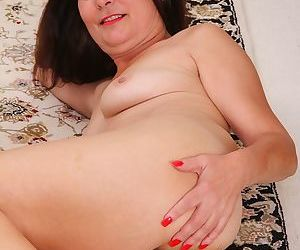 Obscurity housewife bridget province spreads the brush puristic pussy - fixing 20