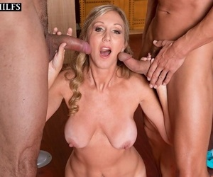 Mature jenna covelli has three-way with respect to make an issue of yoga studio - affixing 4706