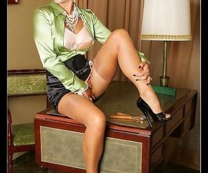 Long-legged vintage penman in stockings - fastening 1025