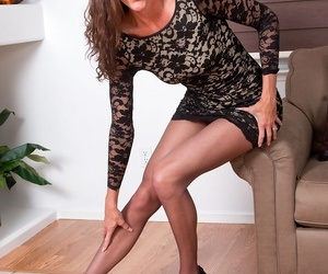 Experienced milf sofie marie pulls on touching say no to pantyhose. - fixing 41
