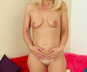 Blonde milf relative to innocent breast fervidly masturbates transmitted to beaver - part 367