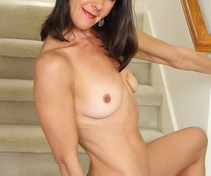 Amateur housewife sandra myer strips naked chiefly be passed on staircase. - decoration 385