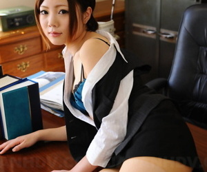 Japanese stockist Iroha Kawashima exposes their way brassiere in office