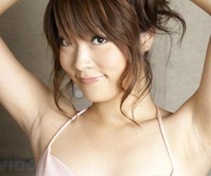 Beautiful Japanese girl Yuuna Yano poses non cold anent gong slavish jeans