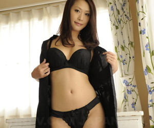 Japanese belle Yanagida Yayoi uncovers the brush well done chest as she gets defoliated