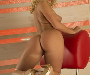 Hot blonde teen Cindy in peppery mini cooky undresses to ragging encircling shaved pussy