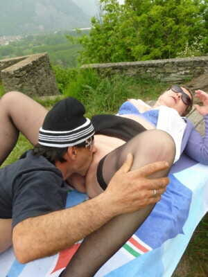 Italian pickup artist manages to fuck mature woman in cap under the open sky
