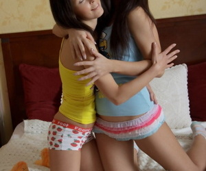 Teen lesbians Kristy together with Nadia bagatelle frying pussies in their socks