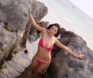 Collection of a cute brunette gf posing in her bikini - part 4008