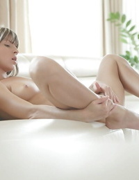 Flamboyant babe Doris Ivy pesters and fingers her shaved coochie