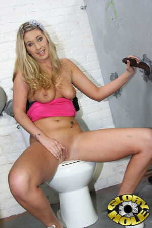Blonde Alysha Rylee sees huge black club out of gloryhole and works it off